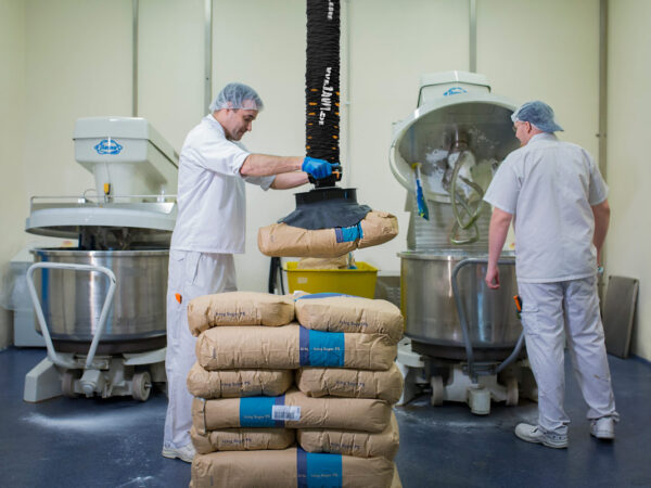 Lifting paper sacks with vacuum lifter in food manufacturing